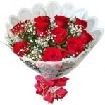 Buquê com 12 Rosas e Folhagens