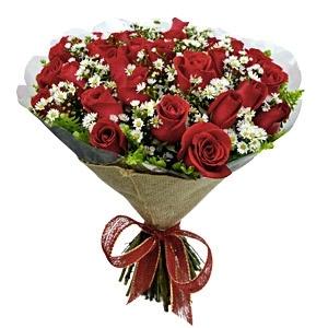 Buquê com 18 Rosas e Folhagens