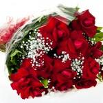 Buquê com 12 Rosas colombianas abertas a mão + Gypsophila e Folhagens em uma linda embalagem e laço